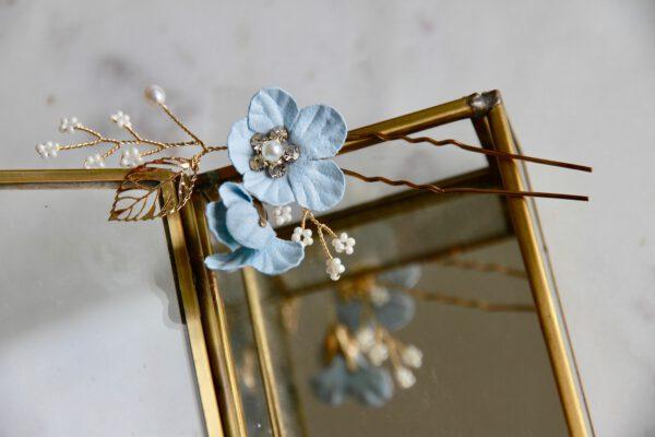 Braut Haarnadel mit blauen Blüten gold auf Kiste