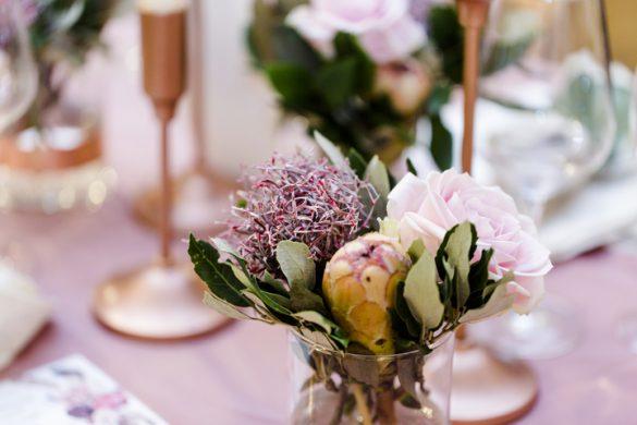 Hochzeitsdeko Rosen Protea im Glas