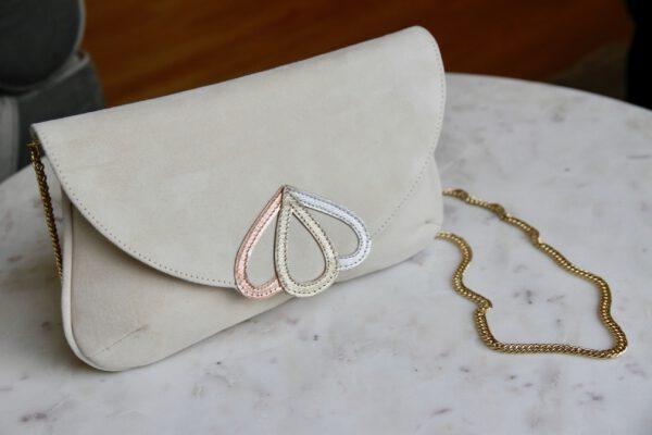 Tasche aus Wildleder mit goldenem Henkel