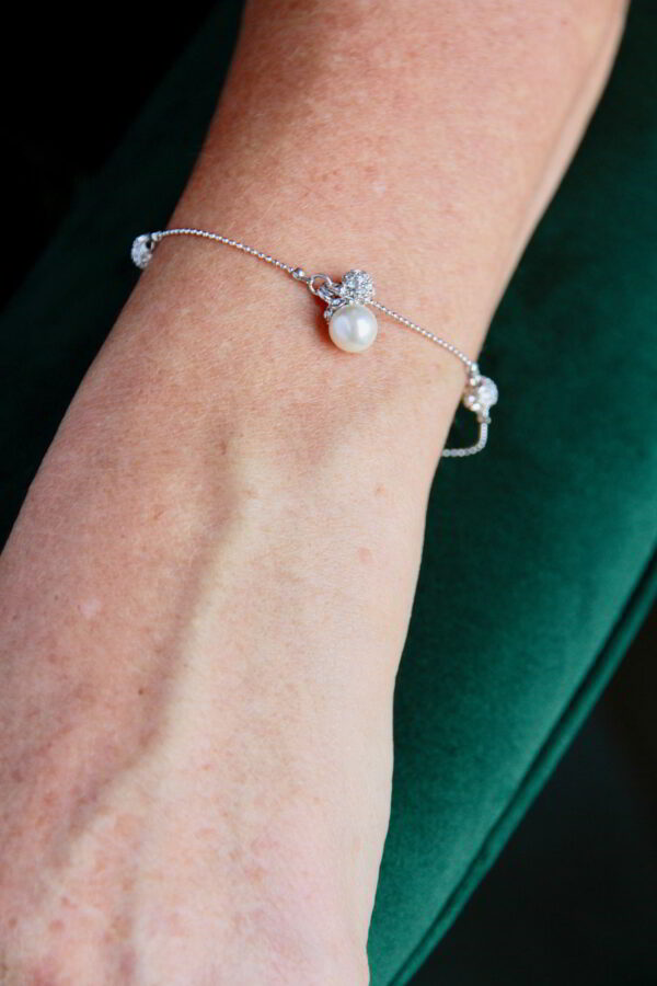 Braut mit Armband Charmanhänger