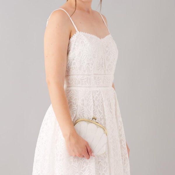 Braut trägt Brautclutch in Muschelform