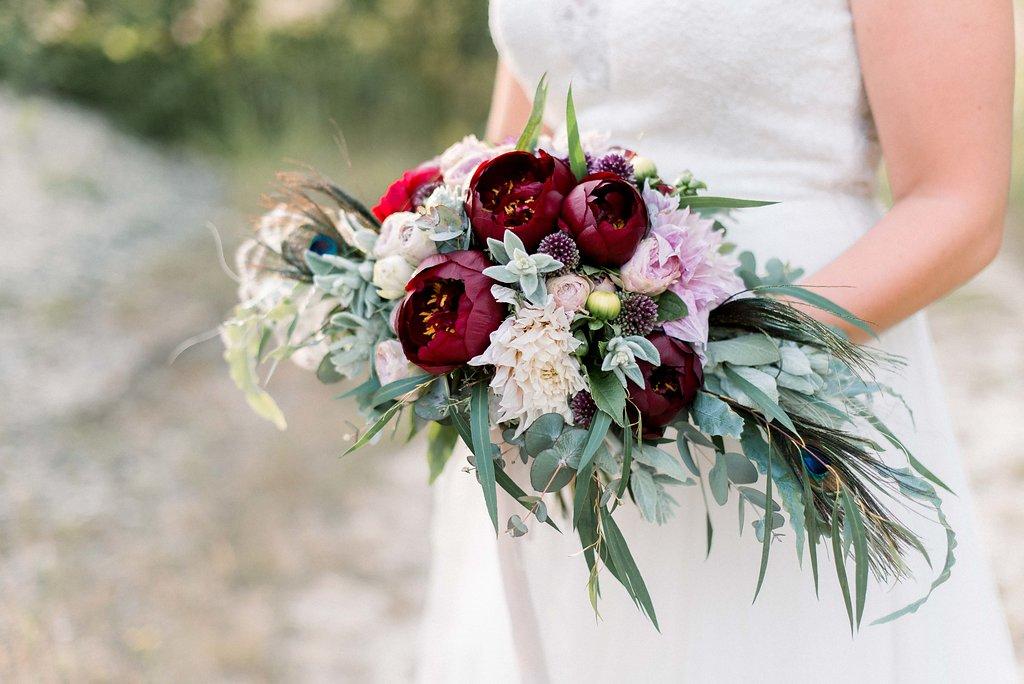 Brautstrauss rot mit Eukalyptus und Pfingstrosen