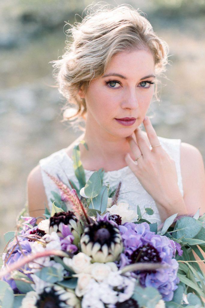 Braut mit Brautstrauss lila