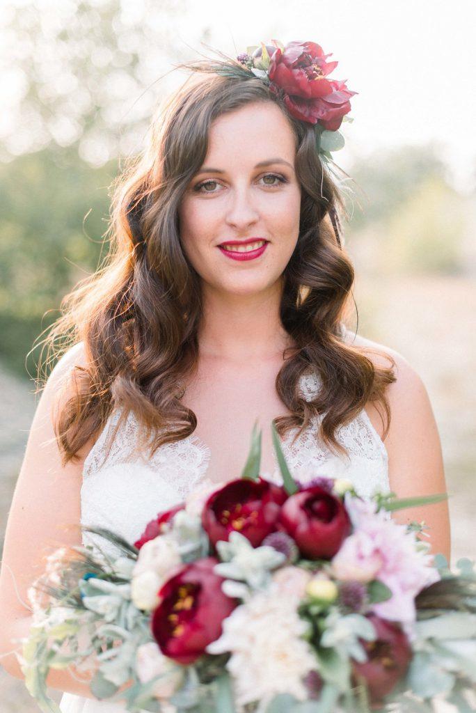 Braut mit Brautstrauss rot