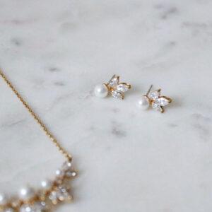 Ohrstecker gold mit Perlen perlmutt und Straßsteinen lilienform