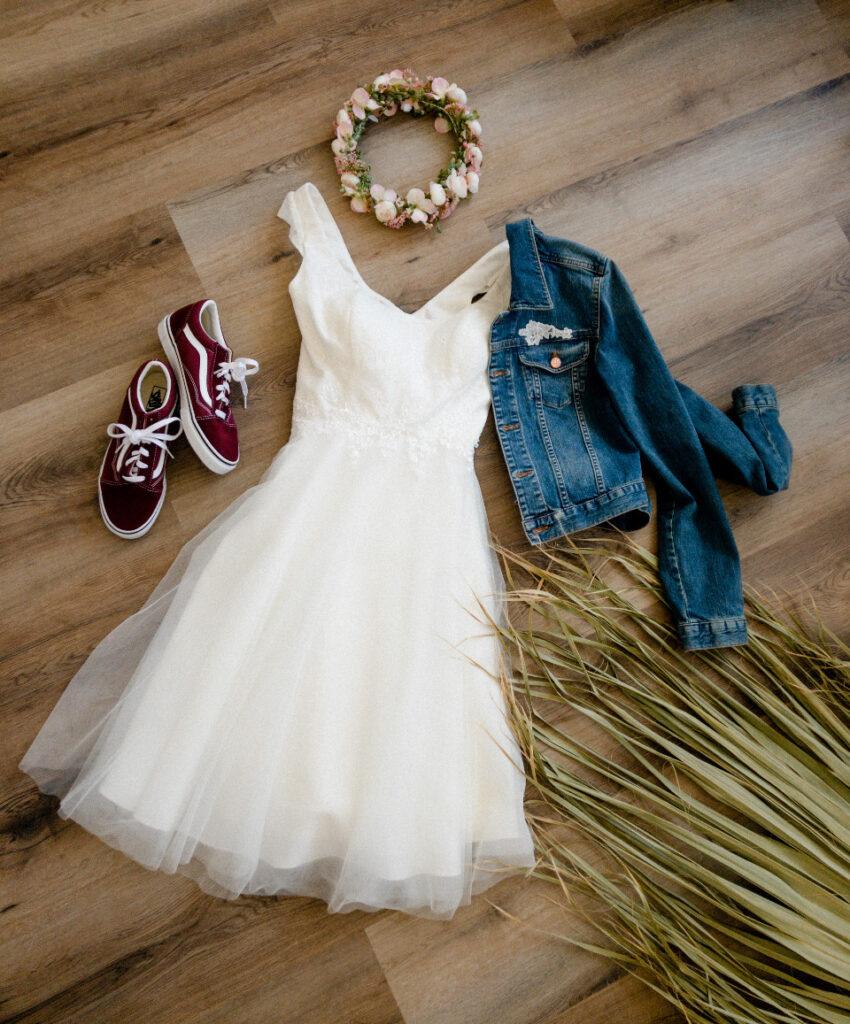Kurzes Brautkleid mit Jeansjacke Haarkranz und Sneaker